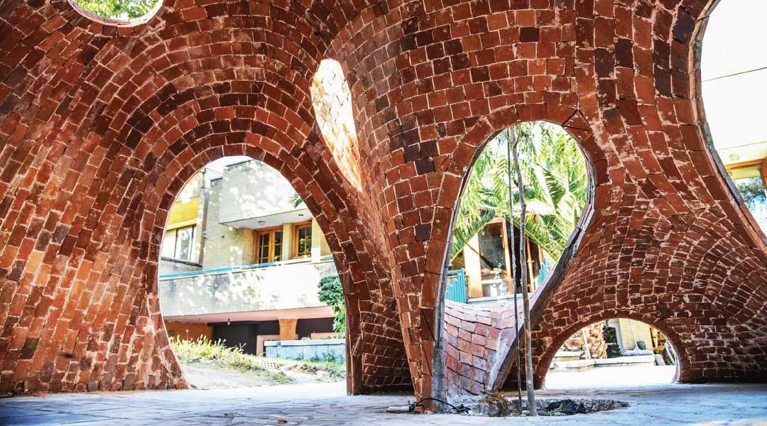 Jóvenes arquitectos diseñan y construyen la primera estructura de ladrillo de forma libre de Irán